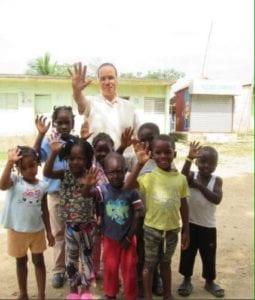 children and teacher holding up 5 fingers
